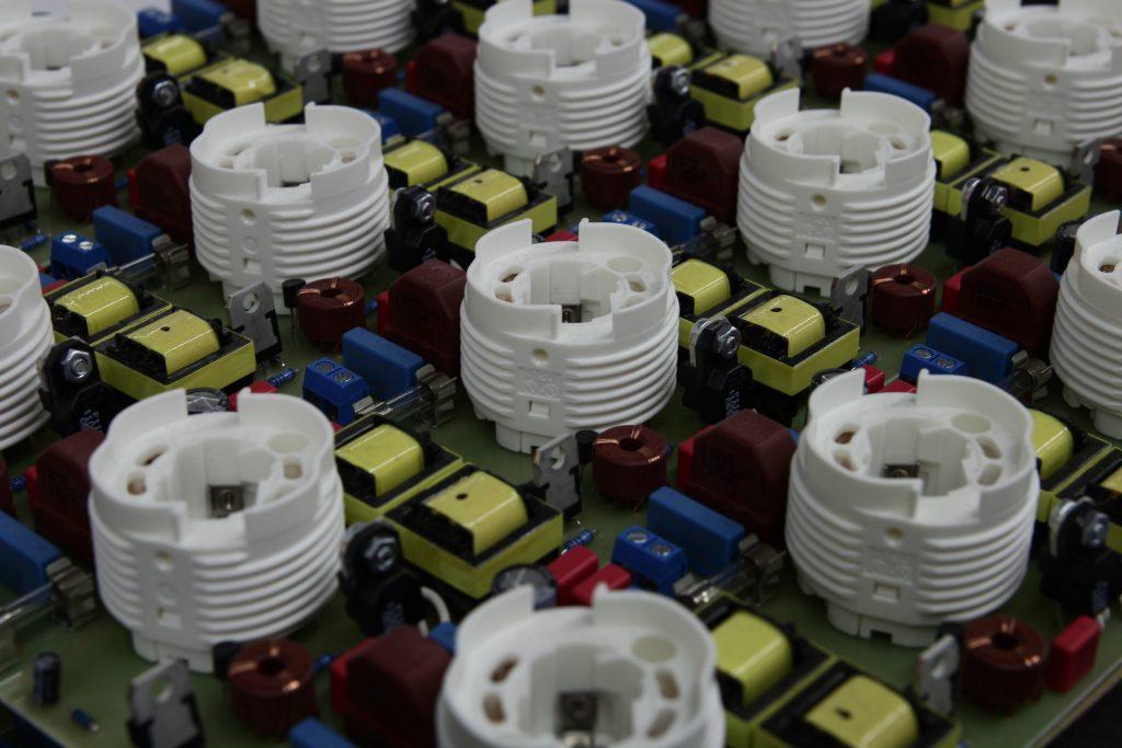 THT Bauteile auf einer Leiterplatte im Vielfachnutzen